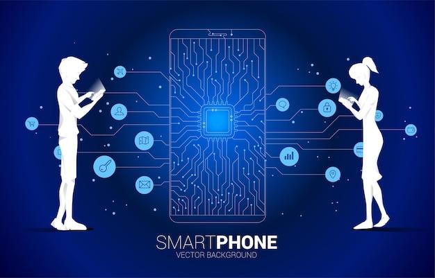 실루엣 남자와 여자는 휴대 전화와 cpu 점 연결 라인 회로 기판 스타일의 휴대 전화 아이콘을 사용합니다. 휴대 전화 기술 및 데이터 네트워크에 대한 개념입니다.