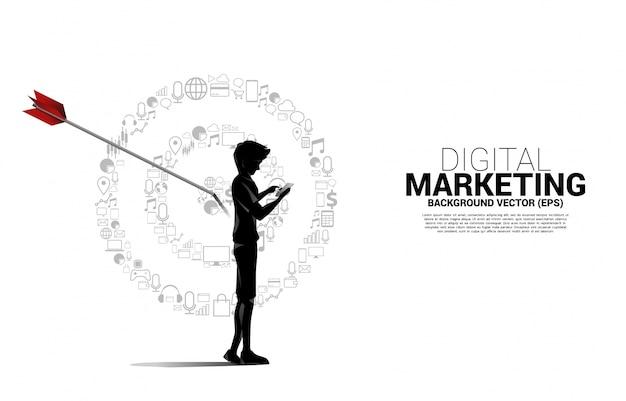 マーケティングアイコンからポイントダーツボードと携帯電話を持つシルエット男。マーケティングターゲットと顧客のビジネスコンセプト