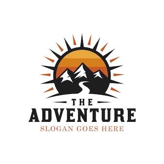 冒険旅行者のヴィンテージヒップスターのロゴデザインのための明るい太陽と屋外のシルエット山