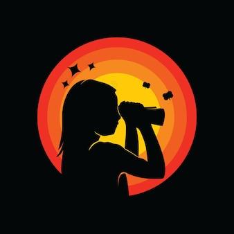 쌍안경을 착용하는 아이의 실루엣
