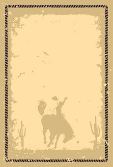 일몰에 야생마를 타고 있는 카우보이의 실루엣