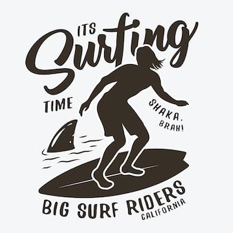 서핑 보드와 함께 파도에 남자의 실루엣