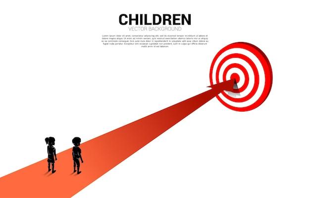 중앙 다트판으로 가는 소년과 소녀의 실루엣. 교육 솔루션의 개념과 어린이의 미래.