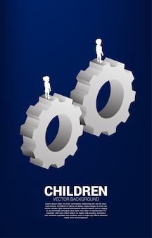 장비에 서 있는 소년과 소녀의 실루엣입니다. 교육 시스템 및 제어의 개념입니다.