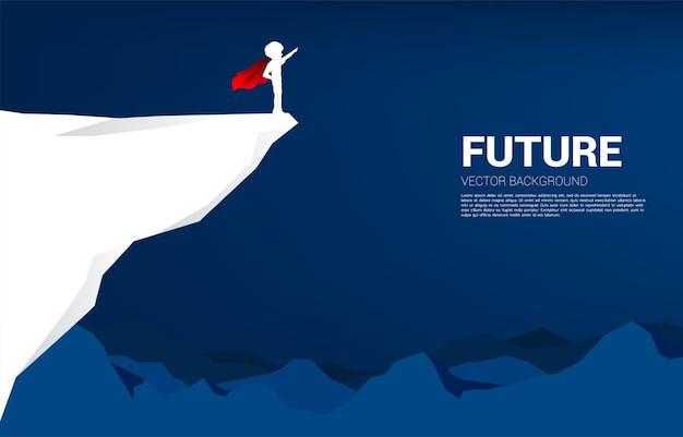 절벽에서 슈퍼 히어로 슈트 포인트 소년의 실루엣. 아이들의 교육 시작과 미래의 개념.
