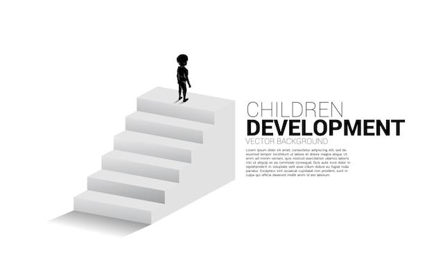 Силуэт мальчика, стоящего наверху лестницы. баннер людей, готовых к повышению уровня карьеры и бизнеса.