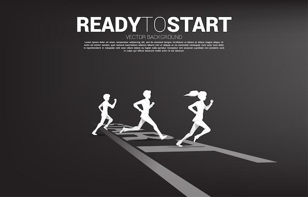 출발선에서 달릴 준비가 된 사업가와 사업가의 실루엣. 경력과 사업을 시작할 준비가 된 사람들의 개념