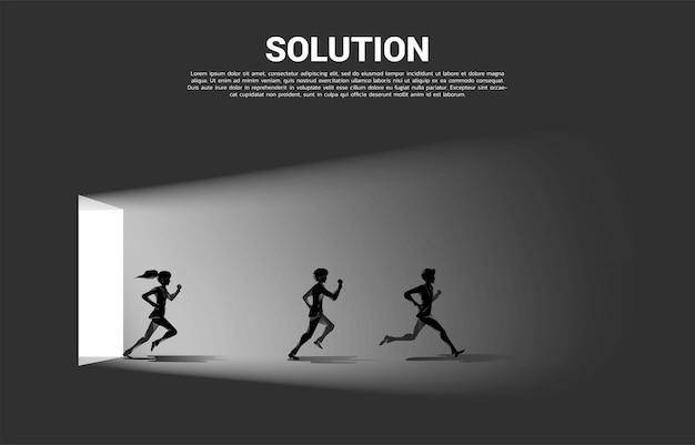 출구 문에서 뛰는 사업가와 사업가의 실루엣. 경력 시작 및 비즈니스 솔루션의 개념입니다.
