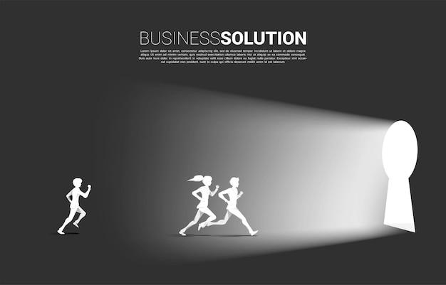 문 열쇠 구멍을 나가기 위해 달리는 사업가와 사업가의 실루엣. 비즈니스 도전과 경쟁의 개념입니다.