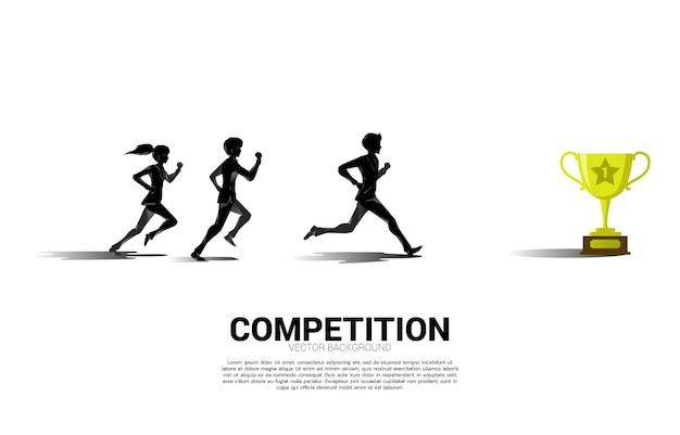 황금 트로피를 향해 달리는 사업가와 사업가의 실루엣. 사업 방향 및 미션 비전에 대한 개념