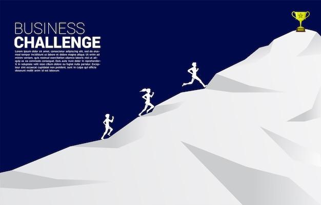 산에서 황금 트로피를 향해 달리는 사업가와 사업가의 실루엣. 비즈니스 방향 및 경쟁에 대한 개념입니다.