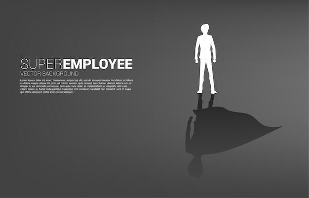 사업가의 실루엣과 슈퍼 히어로의 그의 그림자. 잠재력과 인적 자원 관리를 강화하는 개념