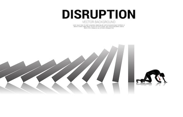 도미노 붕괴의 끝에서 사업가 크롤링의 실루엣. 비즈니스 산업의 개념이 중단됩니다.