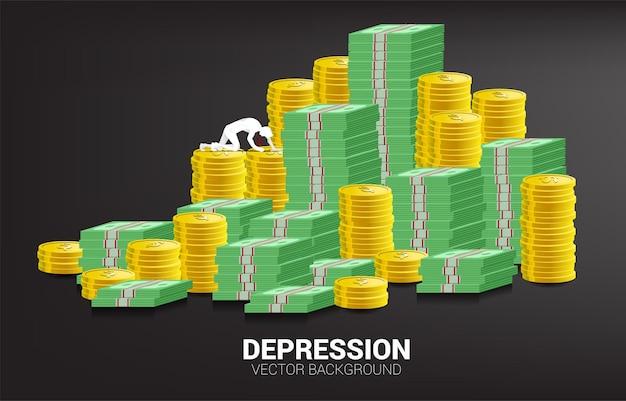 지폐 동전 더미에 크롤 링 하는 사업가의 실루엣. 직장에서 우울증 사업에 대한 개념입니다.