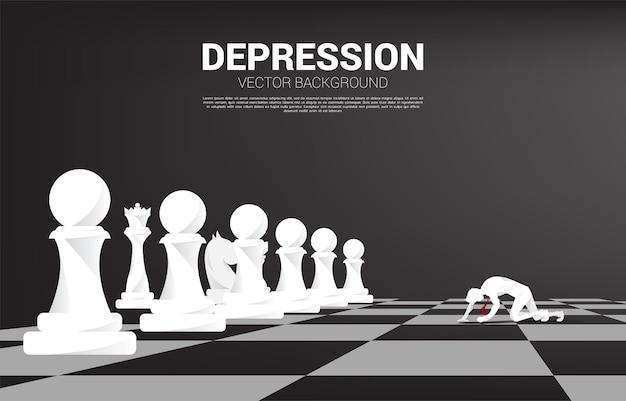 체스 보드에 크롤 링 하는 사업가의 실루엣입니다. 직장에서 우울증 사업에 대한 개념입니다.