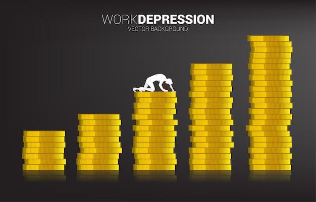 동전 그래프의 스택에 크롤 링 하는 사업가의 실루엣. 직장에서 우울증 사업에 대한 개념입니다.