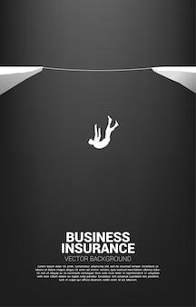 밧줄 도보 길에서 떨어지는 사업가의 실루엣. 사업 위험에 대한 개념 및 실패