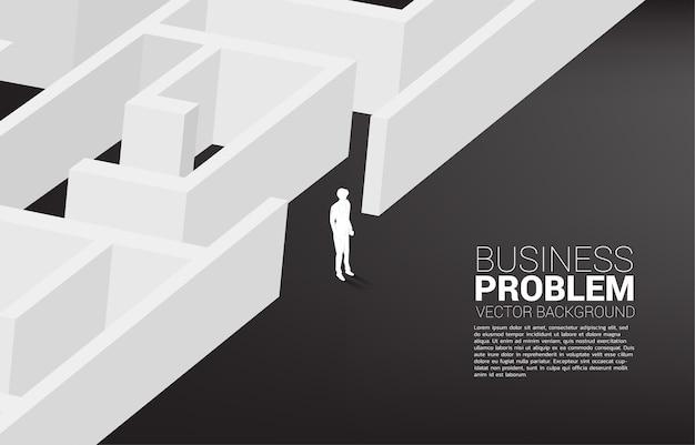 ビジネスマンのシルエットは迷路から抜け出す方法を見つけます。解決策を見つけて目標を達成するためのビジネスコンセプト