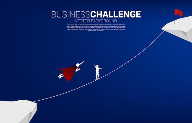비행하는 사업가의 실루엣은 밧줄을 타고 목표를 향해 걷는 남자와 경쟁합니다. 비즈니스 위험 및 경력 경로에 대한 개념