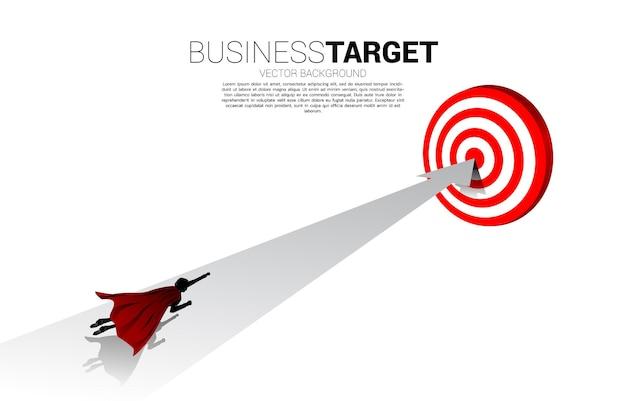 화살표로 다트판으로 빠르게 날아가는 사업가의 실루엣. 비즈니스의 부스트와 성장의 개념입니다.