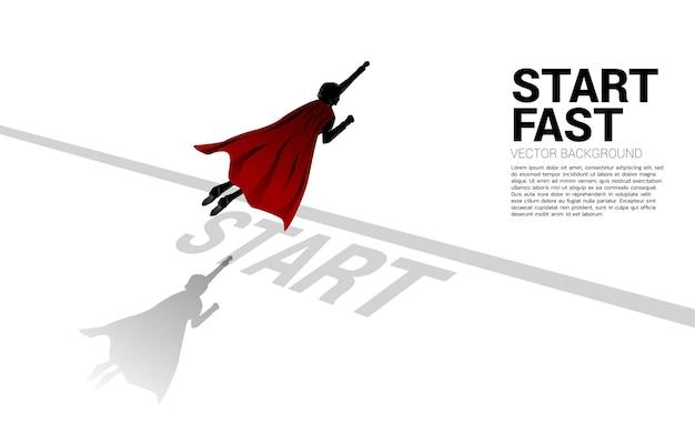 출발선에서 날아가는 사업가의 실루엣. 경력과 사업을 시작할 준비가 된 사람들의 개념