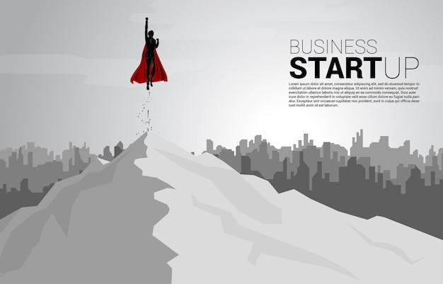 街から飛んでいるビジネスマンのシルエット。スタートアップと急成長企業のためのビジネスコンセプト。