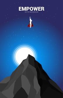 밤에 정상에서 날아가는 사업가의 실루엣. 시작 및 빠른 성장 회사를 위한 비즈니스 개념.