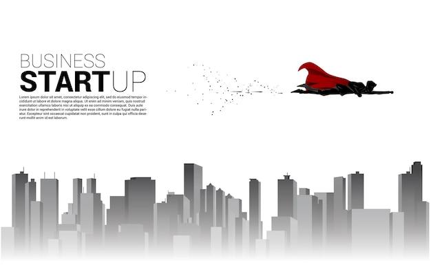 街と空を飛んでいる実業家のシルエット。スタートアップと急成長企業のためのビジネスコンセプト。