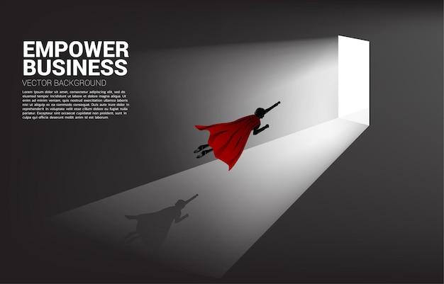 문을 나가기 위해 날아가는 사업가의 실루엣. 경력 시작 및 비즈니스 솔루션의 개념입니다.