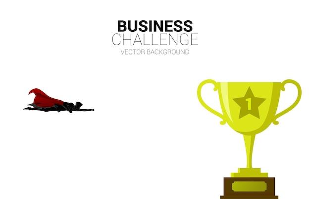 황금 트로피를 향해 날아가는 사업가의 실루엣. 시작 및 빠른 성장 회사를 위한 비즈니스 개념.