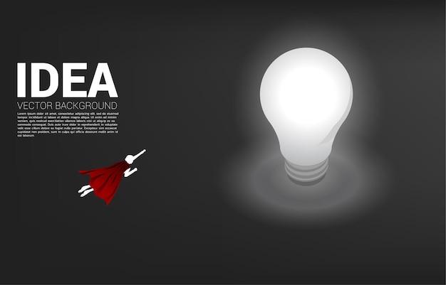 전구에 비행 하는 사업가의 실루엣입니다. 창의적인 아이디어와 솔루션의 비즈니스 개념입니다.