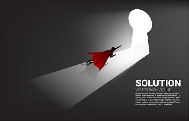 열쇠 구멍 문으로 이동하기 위해 날아가는 사업가의 실루엣. 솔루션 컨셉 비전 미션 및 비즈니스 목표 찾기