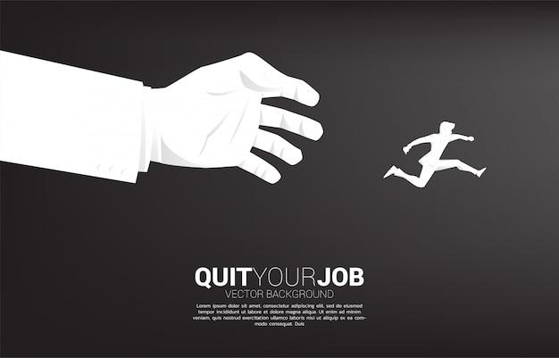 ビジネスマンのシルエットは大きなボスの手から離れてジャンプします。仕事のストレス、仕事のプレッシャー、仕事をやめるためのコンセプト。