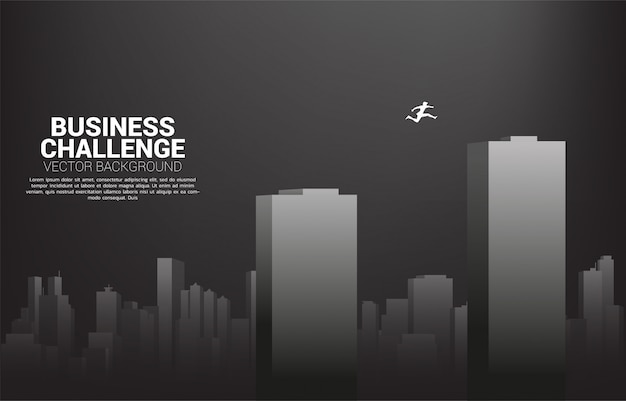 建物を飛び越えて実業家のシルエット。ビジネスリスクの概念とキャリアパスの挑戦