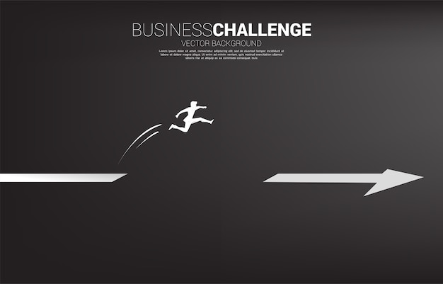 矢印のギャップを飛び越えるビジネスマンのシルエット。キャリアとビジネスを始める準備ができている人々の概念