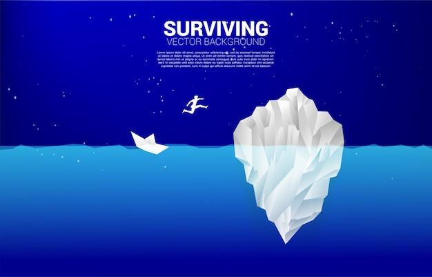 沈没船から氷山にジャンプするビジネスマンのシルエット。機会とビジネスの存続を見つけるというビジネスコンセプト。