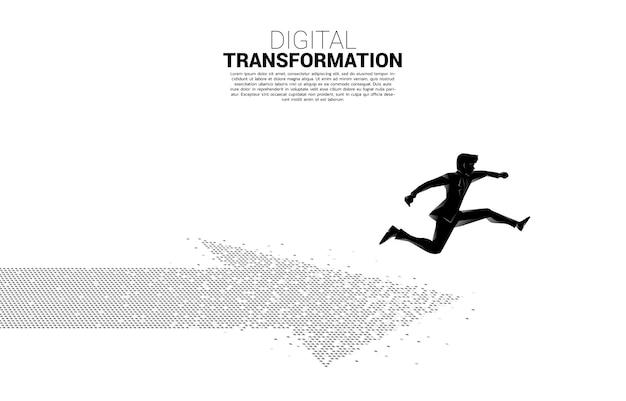 ピクセルから矢印にジャンプするビジネスマンのシルエット。ビジネスのデジタルトランスフォーメーションの概念。