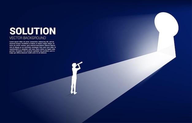 열쇠 구멍 출구를 찾고 망원경을 통해 찾고 사업가의 실루엣. 솔루션 컨셉 비전 미션 및 비즈니스 목표 찾기