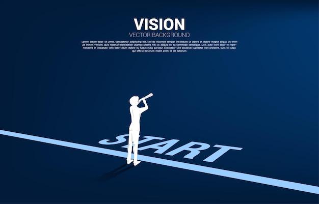スタートラインで望遠鏡を通して見ているビジネスマンのシルエット。使命とトレンドを見つけるためのビジネスコンセプト。