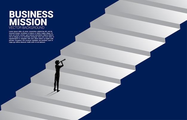 ステップで望遠鏡を通して見ているビジネスマンのシルエット。使命とトレンドを見つけるためのビジネスコンセプト。