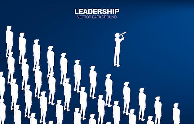 함께 질서 정연하게 서 있는 줄 앞에 서 있는 망원경을 통해 찾고 사업가의 실루엣. 회사 리더와 영향력 있는 사람을 위한 비즈니스 개념입니다.