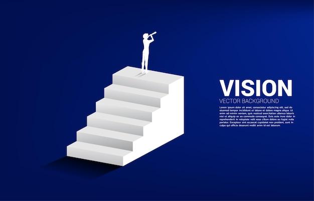 계단에 서 있는 망원경을 통해 보는 사업가의 실루엣. 미션과 비전에 대한 비즈니스 개념입니다.