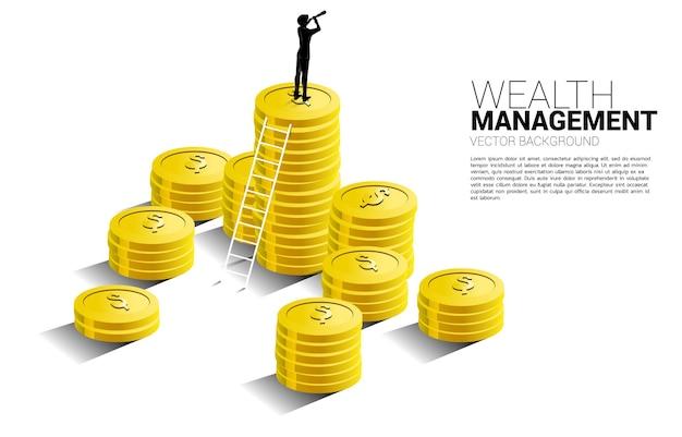 사다리와 동전 더미 위에 서 있는 망원경을 통해 찾고 사업가의 실루엣. 성공 투자 및 비즈니스 성장의 개념입니다.