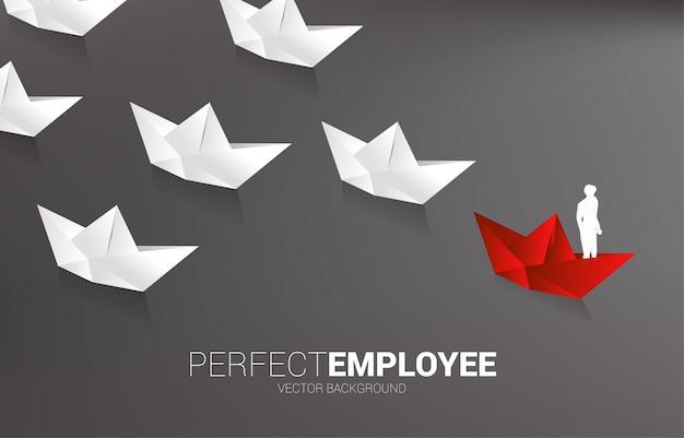 흰색을 선도하는 빨간 종이 접기 종이 배에 사업가의 실루엣. 리더십과 비전 미션의 사업 개념입니다.