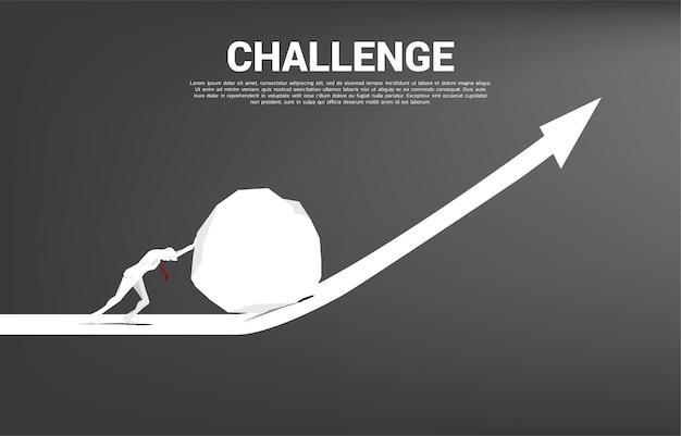 成長グラフに大きな岩を押すビジネスマンのシルエット。ビジネスチャレンジとチームワークの概念。