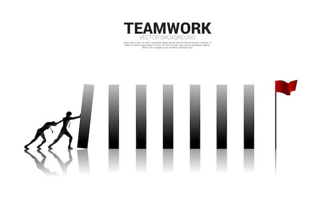 목표를 달성하기 위해 도미노 효과를 만들기 위해 블록을 밀고 있는 사업가의 실루엣. 도미노 효과를 만들려는 비즈니스 개념