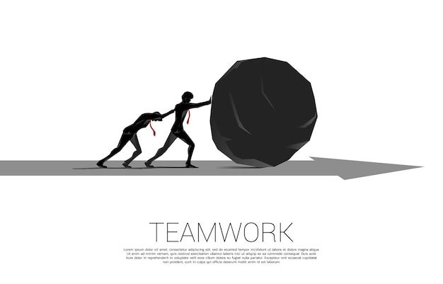 화살표에 바위를 밀고 사업가의 실루엣입니다. 비즈니스 도전의 개념과 열심히 일하십시오.