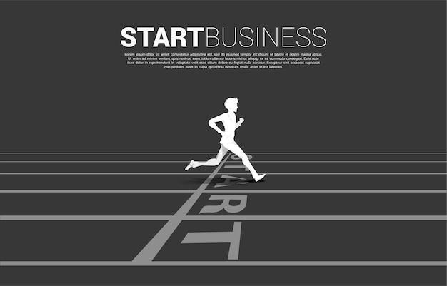 출발선에서 달리는 사업가의 실루엣입니다. 경력과 사업을 시작할 준비가 된 사람들의 개념