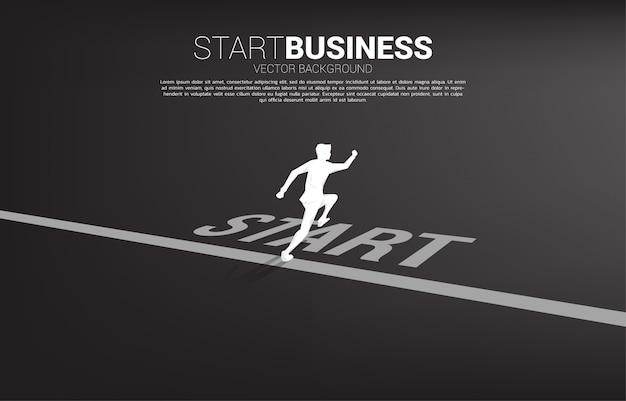 スタートラインから実行しているビジネスマンのシルエット。