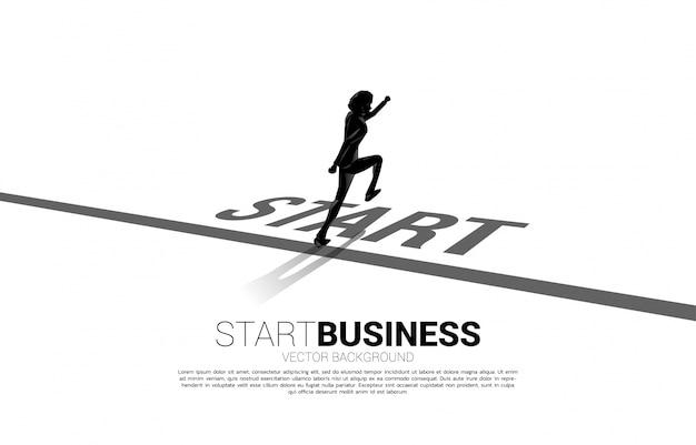 시작 줄에서 실행하는 사업가의 실루엣입니다.